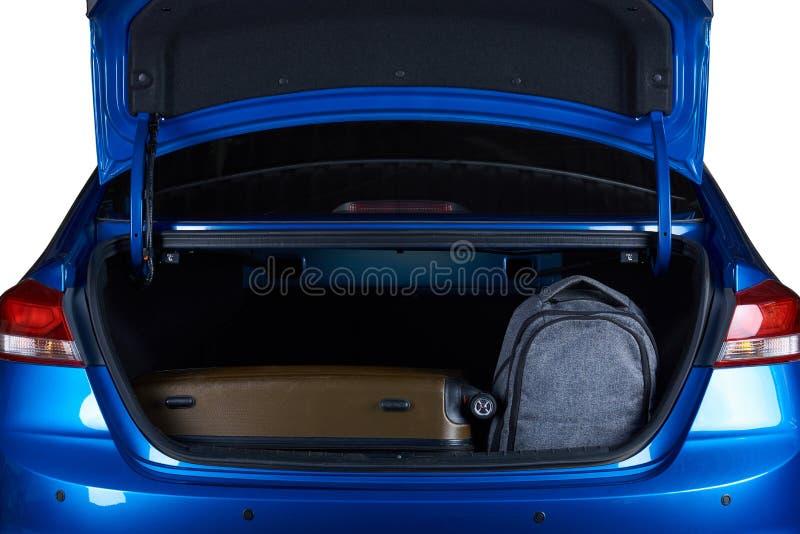 Taschen im offenen modernen Autokofferraum lizenzfreie stockbilder