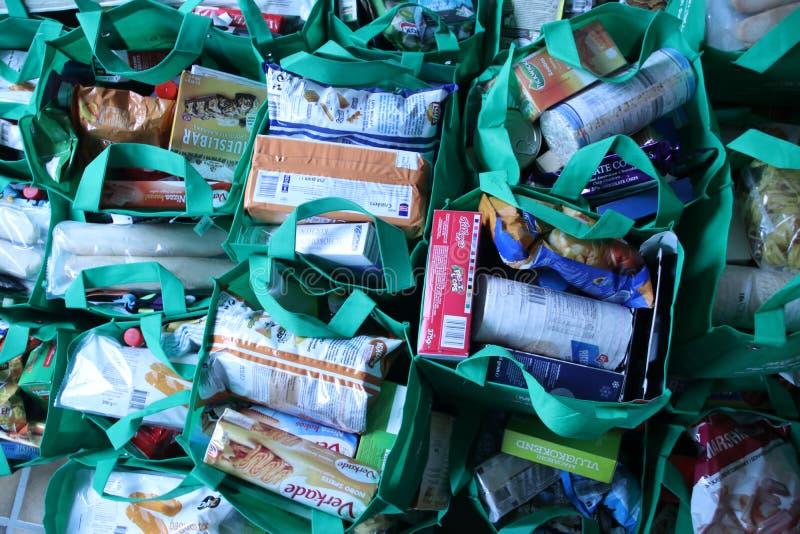 Taschen mit aller Art Nahrungsmittel gesammelt von 1 Mann vor Weihnachten, um Armut in Angriff zu nehmen lizenzfreies stockbild