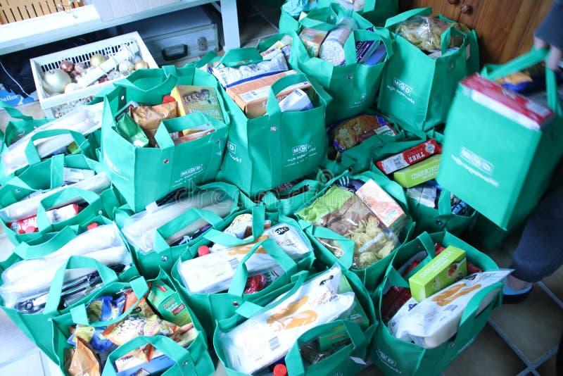 Taschen mit aller Art Nahrungsmittel gesammelt von 1 Mann vor Weihnachten, um Armut in Angriff zu nehmen stockfotografie