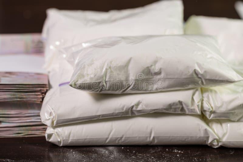 Taschen von Drogen und von Geld auf Tabelle lizenzfreie stockfotos