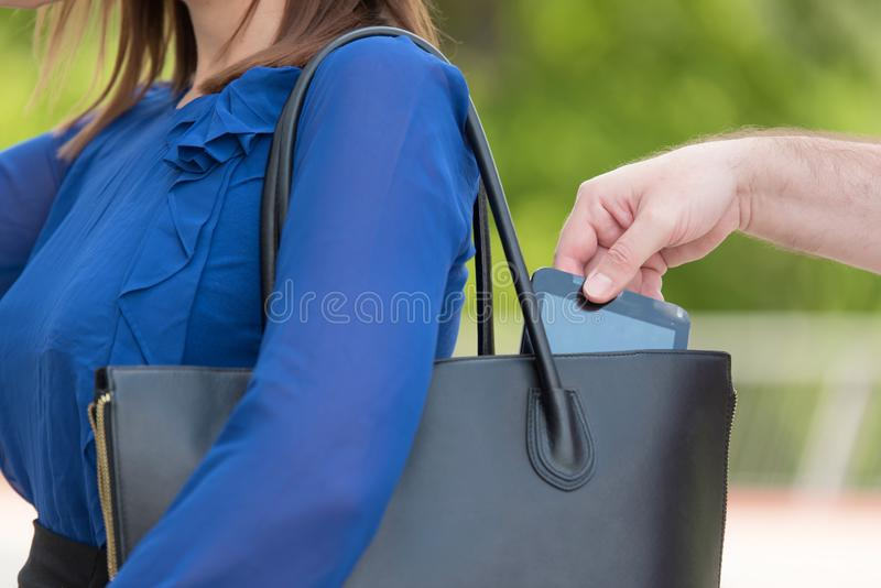 Taschendiebdieb, der einen Handy stiehlt lizenzfreies stockbild