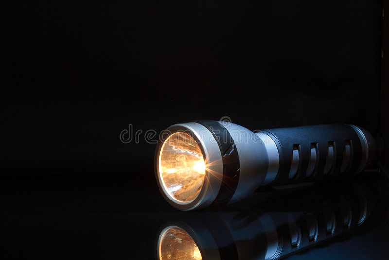 Taschenlampe in der Dunkelheit stockbilder