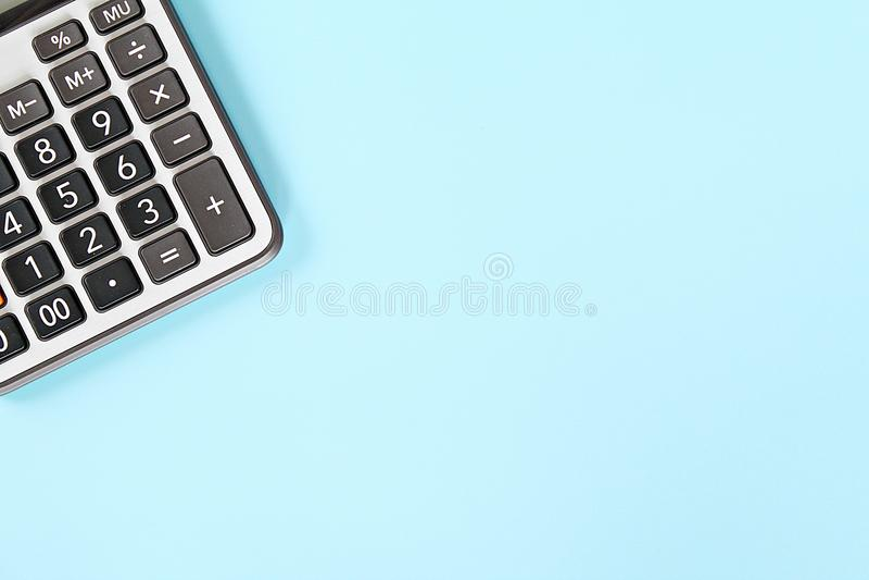 Taschenrechner auf blauem Hintergrund mit dem Kopienraum bereit oben zu hinzufügen oder zum Spott stockbild