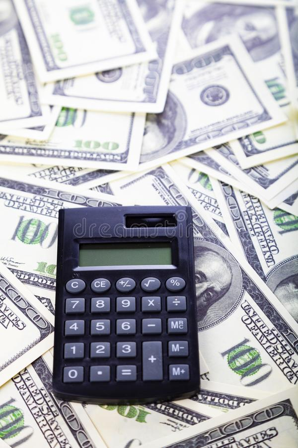 Taschenrechner auf Dollar lizenzfreies stockfoto