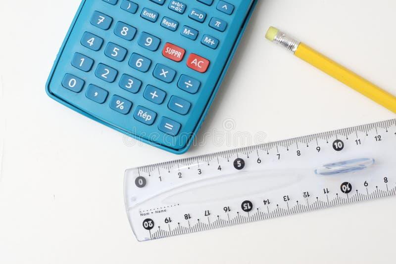 Taschenrechner, Bleistift und Tabellierprogramm stockfotografie