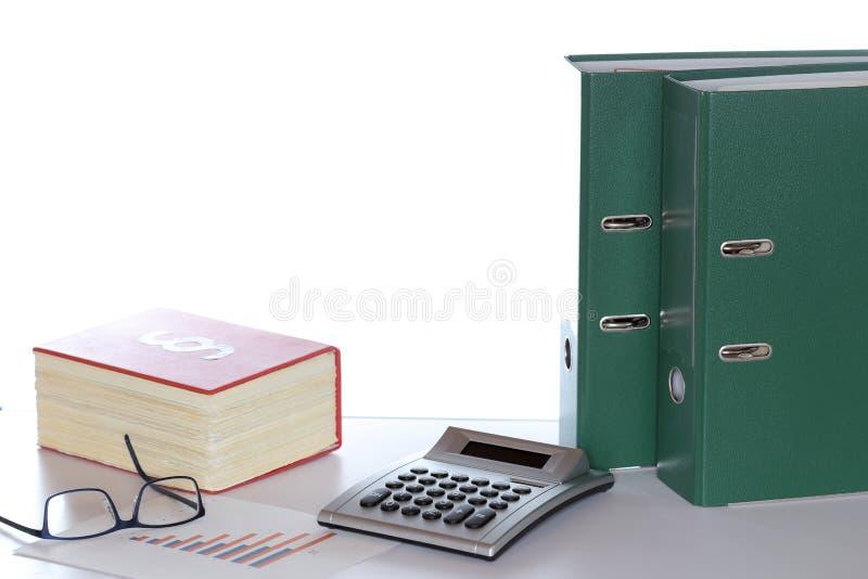 Taschenrechner, Gl?ser und Diagramm auf einem Schreibtisch stockfoto