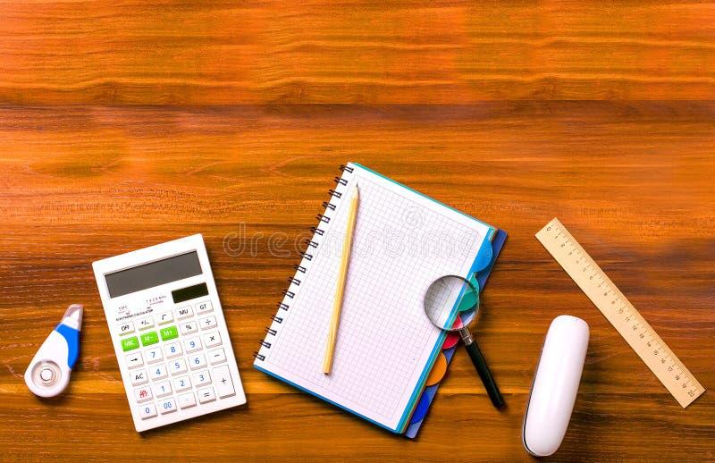 Taschenrechner, Notizbuch mit einem Frühling, Machthaber, Vergrößerungsglas, Bleistift, St. stockfoto