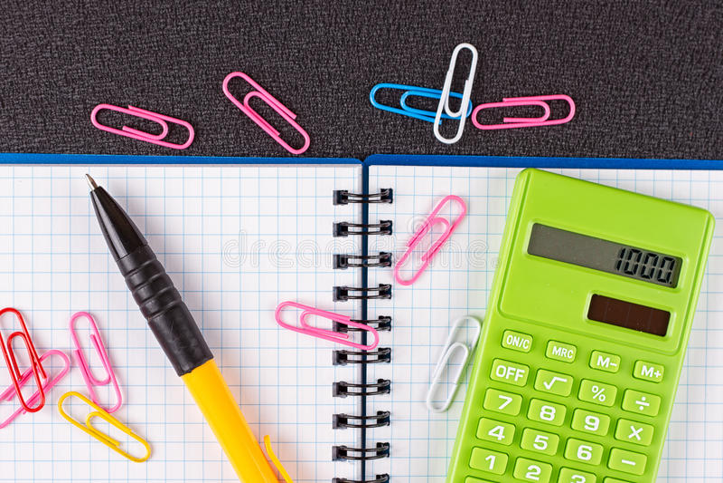 Taschenrechner und Bleistift auf hölzernem Hintergrund stockbilder