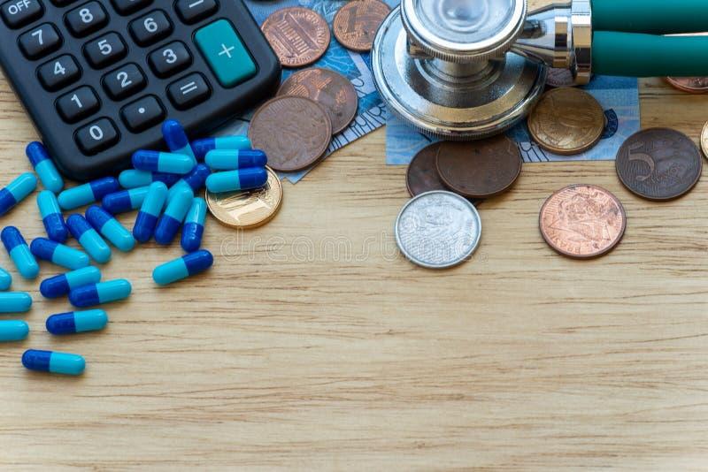 Taschenrechner und Geld, zum der Kosten eines Doktors zu berechnen stockfotografie