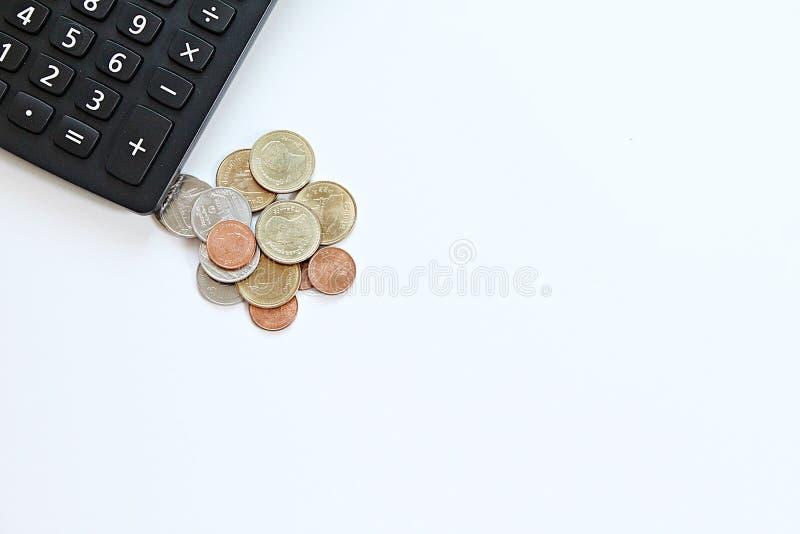 Taschenrechner und Münzen auf weißem Hintergrund mit Kopie sperren bereites zum Hinzufügen oder verspotten oben lizenzfreies stockbild