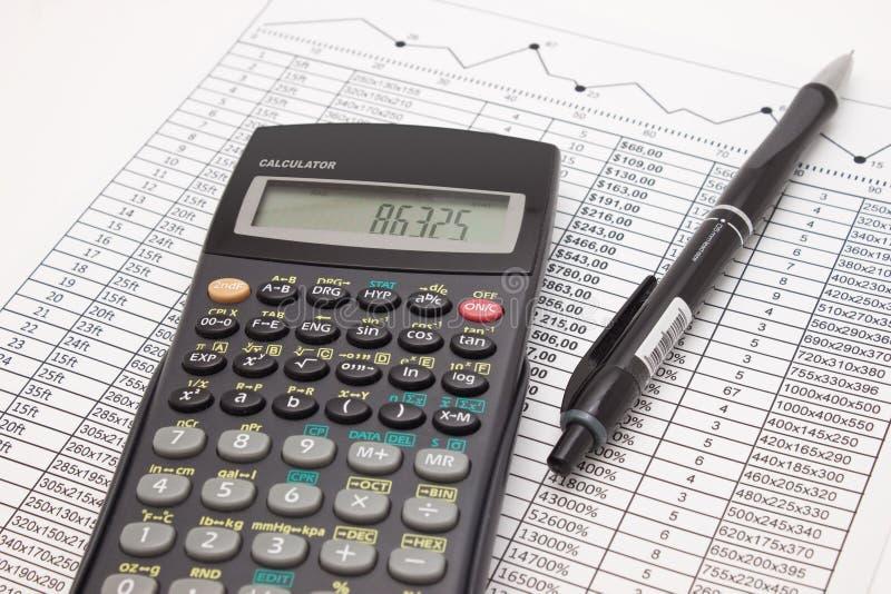 Taschenrechner und Stift auf Bargeldfinanztabelle stockbild