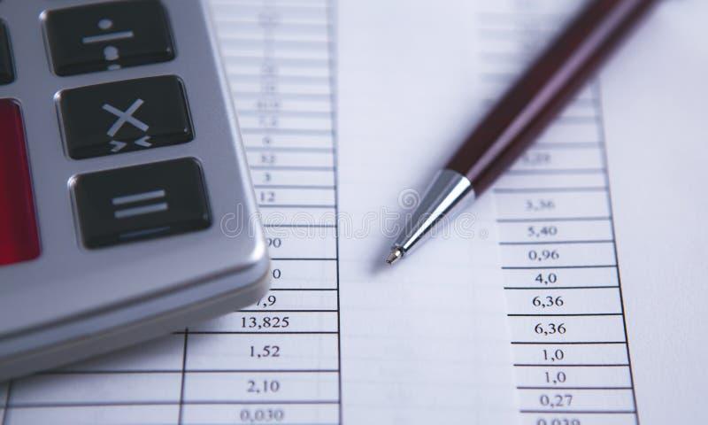 Taschenrechnerdokumenten-Tabellenstift lizenzfreie stockfotos