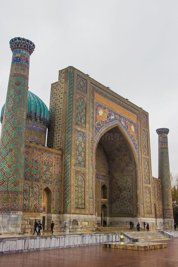 Tashkent, Usbequistão - 17 de março de 2016: Madrasah de Sher Dor no registro fotos de stock