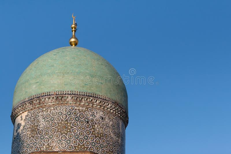 TASHKENT, UZBEKISTÁN - 9 de diciembre de 2011: Torre histórica en el imán Square de Hast foto de archivo