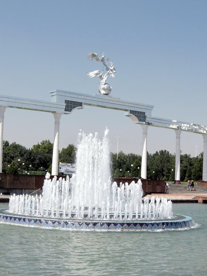 Tasjkent springbrunn framme av den Ezgulik bågen 2007 royaltyfri bild