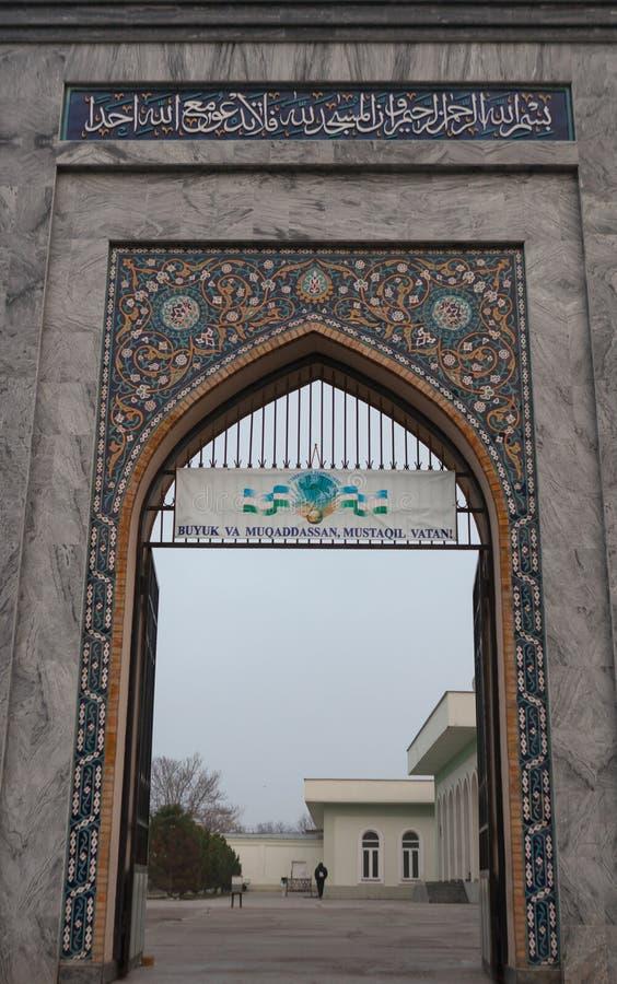 TASJKENT UZBEKISTAN - December 9, 2011: Historisk byggnad på den Hast imamen Square fotografering för bildbyråer