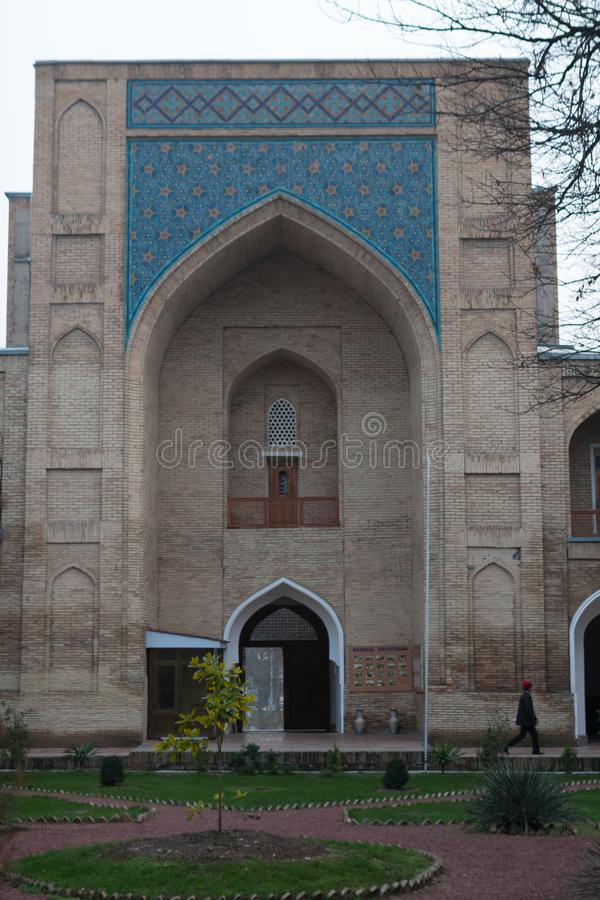 TASJKENT UZBEKISTAN - December 9, 2011: Historisk byggnad på den Hast imamen Square royaltyfri fotografi