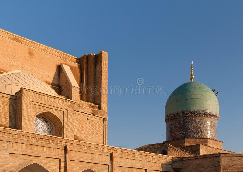 TASJKENT UZBEKISTAN - December 9, 2011: Historisk byggnad på den Hast imamen Square arkivbild