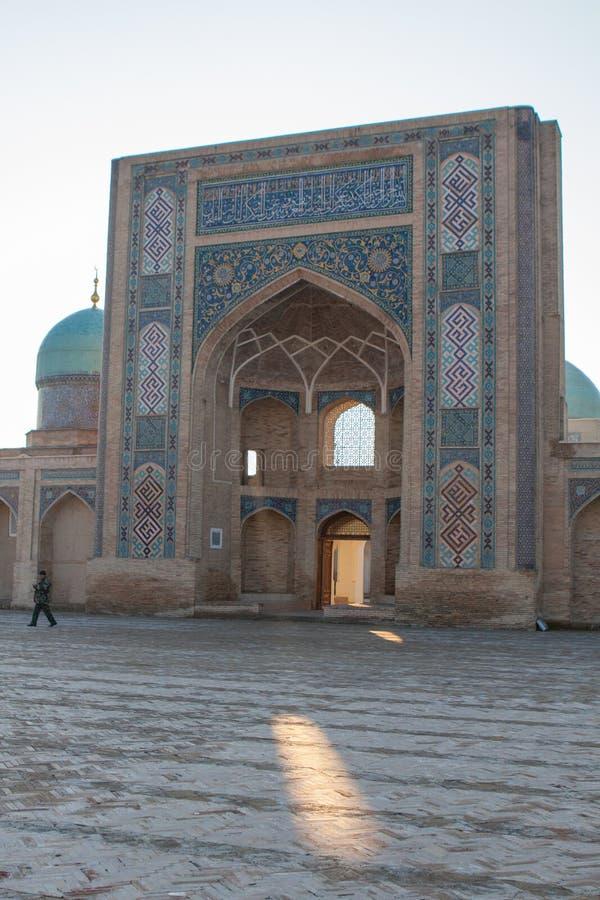 TASJKENT UZBEKISTAN - December 9, 2011: Historisk byggnad på den Hast imamen Square arkivfoton