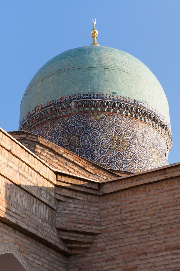 TASJKENT UZBEKISTAN - December 9, 2011: Historiskt torn på den Hast imamen Square royaltyfri foto