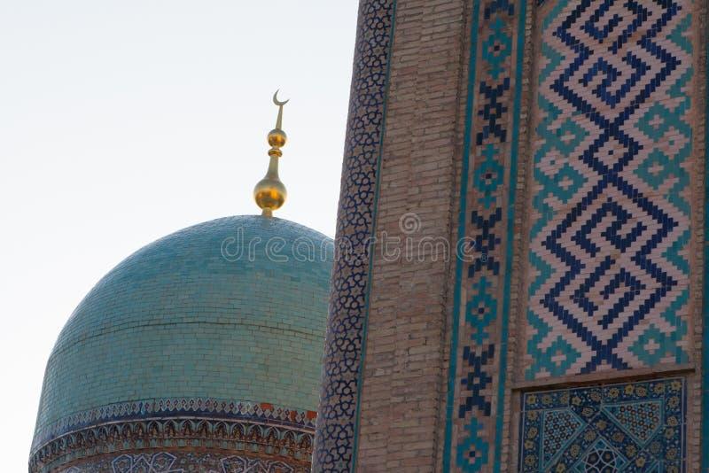 TASJKENT UZBEKISTAN - December 9, 2011: Historiskt torn på den Hast imamen Square fotografering för bildbyråer