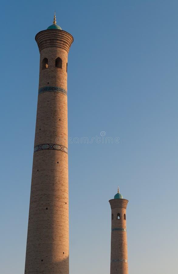 TASJKENT UZBEKISTAN - December 9, 2011: Två historiska torn på den Hast imamen Square arkivbild