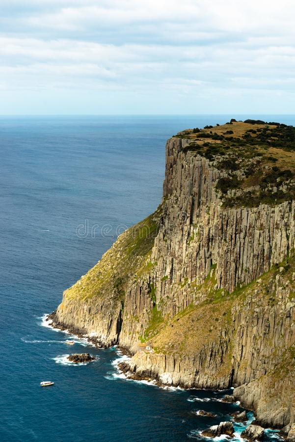Tasman-Insel Betrachtung der touristischen Boote, Tasmanien, Australien lizenzfreies stockfoto