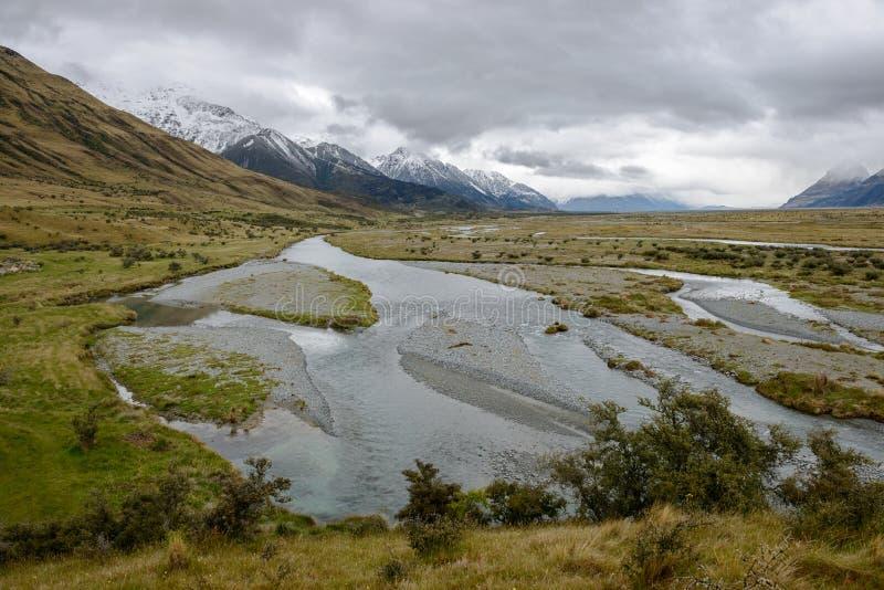 Tasman rzeka i przygnębiającego cloudscape staranna góra Cook, Nowa Zelandia zdjęcia stock