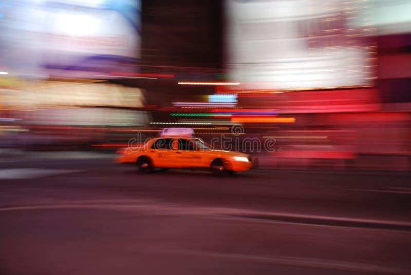 Taxi di New York che accelera attraverso il Times Square fotografie stock