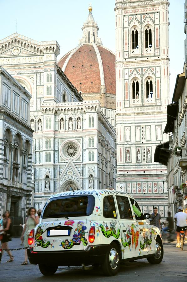 Tassì nella città di Firenze, Italia immagine stock libera da diritti