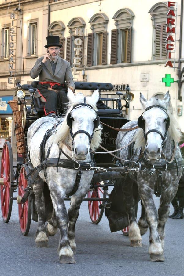 Tassì trainato da cavalli nella città di Firenze, Italia immagini stock libere da diritti