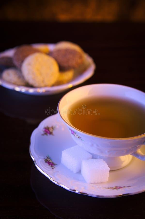 Tasse à l'ancienne d'image de thé avec des biscuits sur le noir photo libre de droits