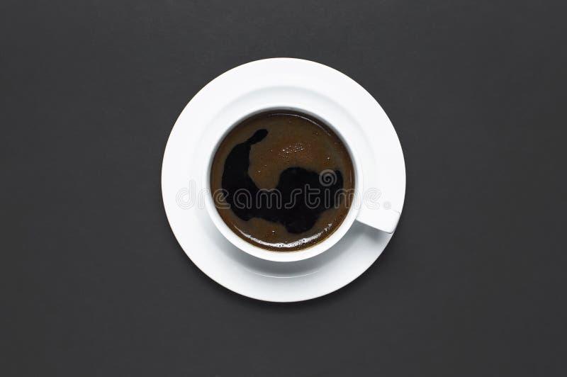 Tasse étendue plate de café noir sur l'espace foncé gris de copie de vue supérieure de fond Concept de nourriture de Minimalistic image libre de droits