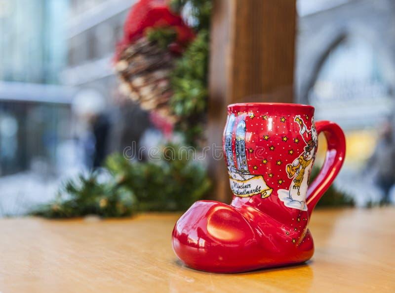 Tasse allemande de Noël de vin dans la forme d'une botte photo libre de droits