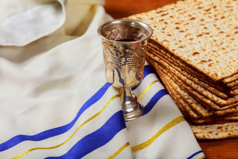 Tasse argentée de vin avec le matzah, symboles juifs pour les vacances de Pesach de pâque images stock