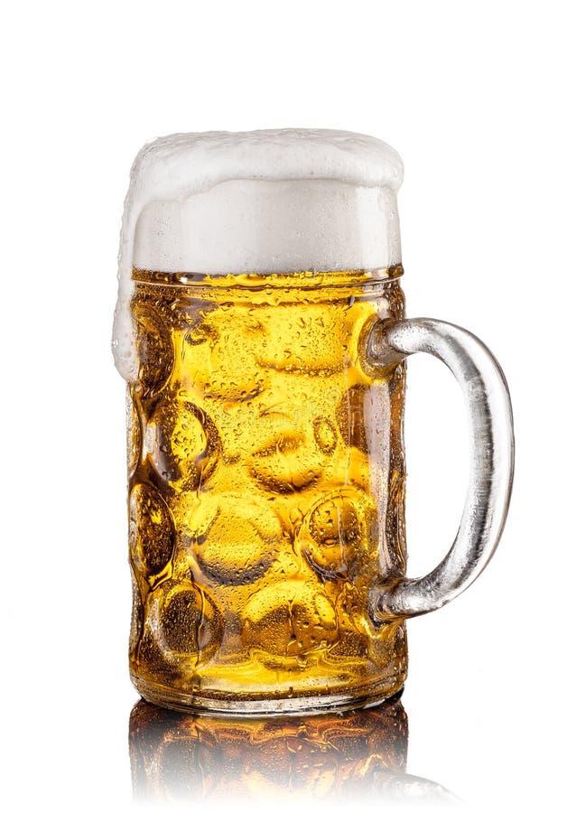 Tasse avec de la bière sur le fond blanc Durée toujours 1 images stock