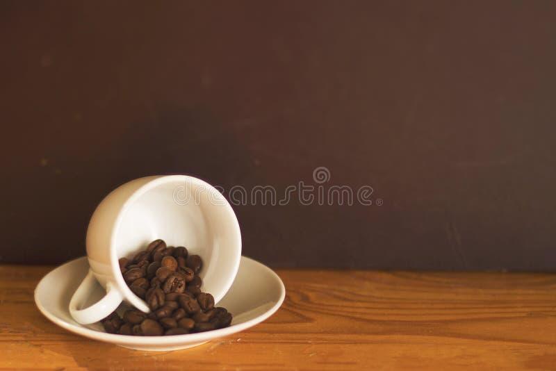 Tasse avec des grains de café photo libre de droits