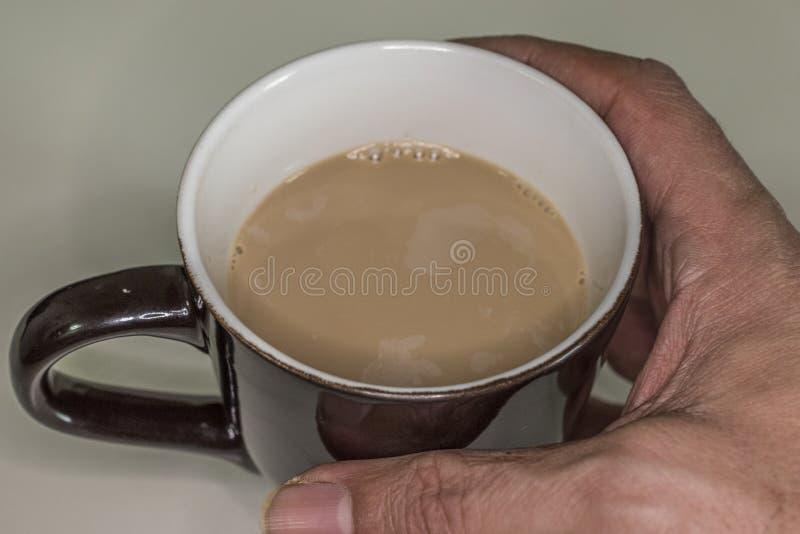 Tasse avec du café avec du lait photographie stock libre de droits