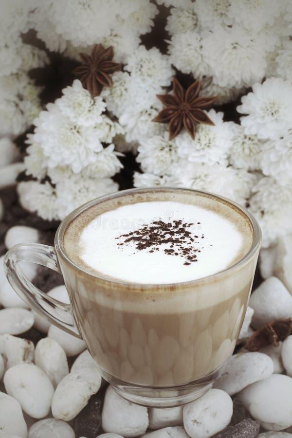 Tasse avec le cappuccino chaud photo stock