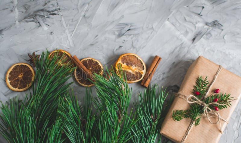 Tasse avec le cru naturel de concept de partie de nouvelle année de décor de décoration de boîte-cadeau de Noël de cappuccino photos libres de droits