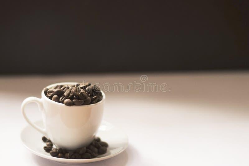 Tasse avec les grains de café 3 image libre de droits