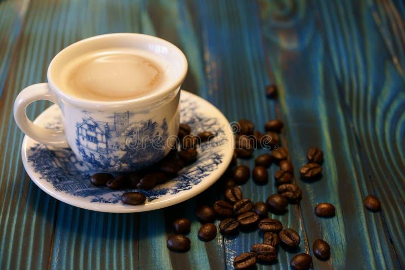 Tasse avec les grains de café parfumés photos stock