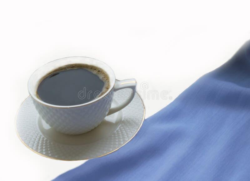 Tasse blanche avec du café chaud sur le rebord de fenêtre sur un fond blanc images libres de droits