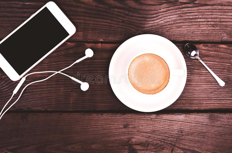 Tasse blanche avec du café et la mousse image libre de droits