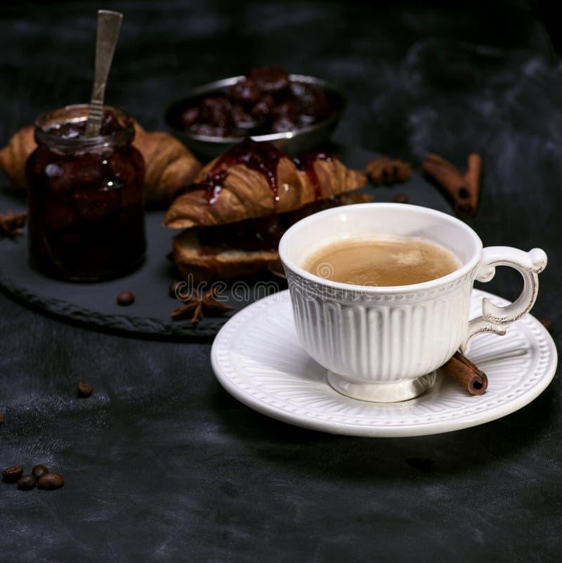 Tasse blanche avec du café noir photographie stock