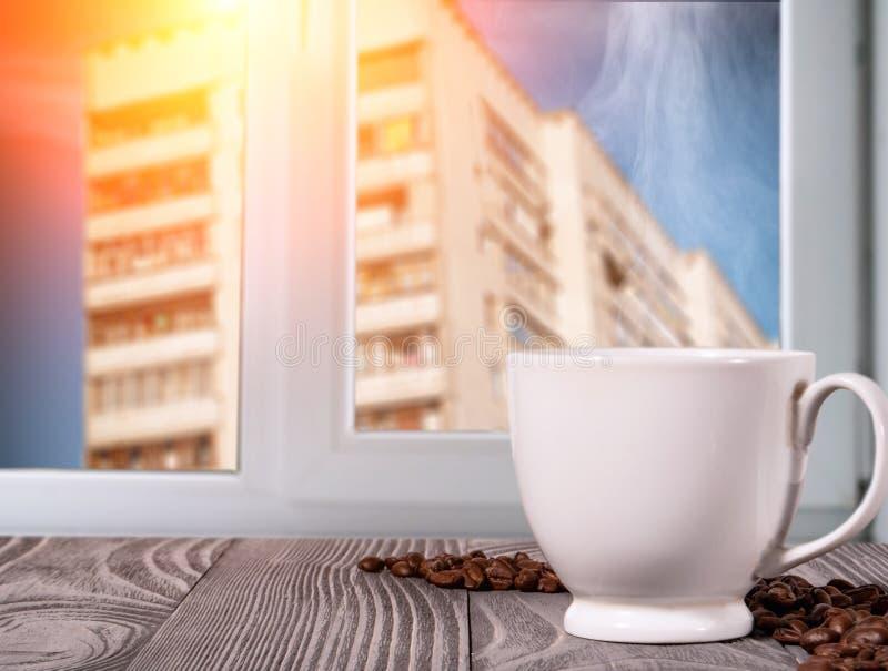 Tasse blanche avec du caf? chaud sur la table photographie stock libre de droits