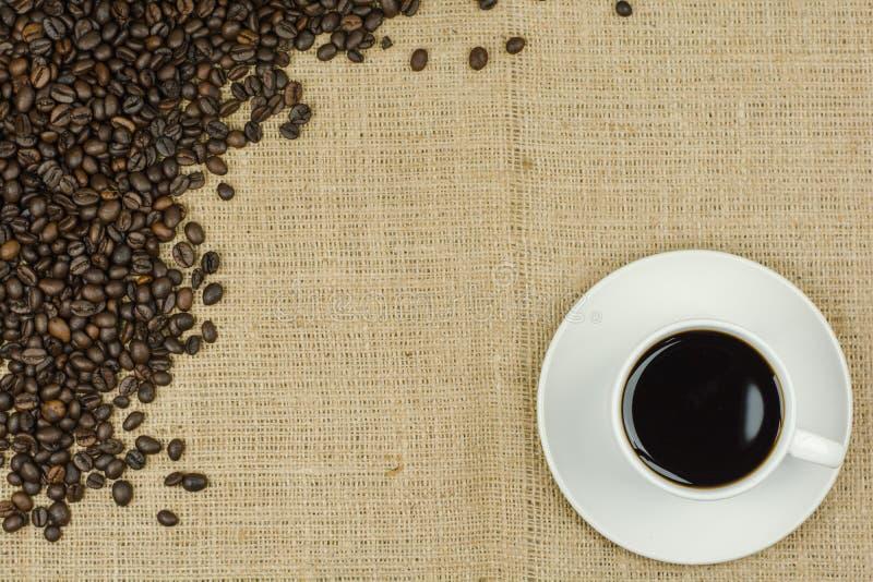 Tasse blanche avec la boisson de café sur le fond de toile à sac images stock