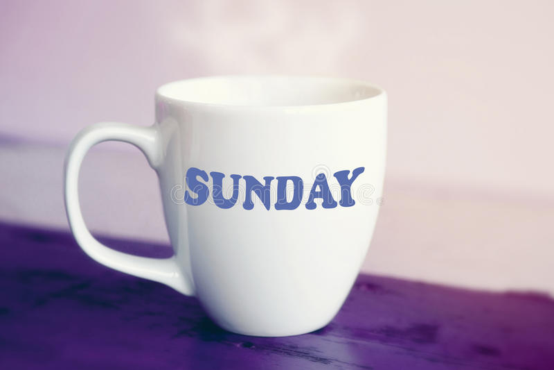 Tasse blanche avec le mot dimanche là-dessus photographie stock