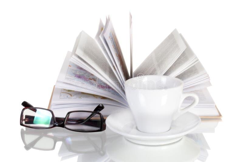 Tasse blanche de café, de livre ouvert et de verres image stock