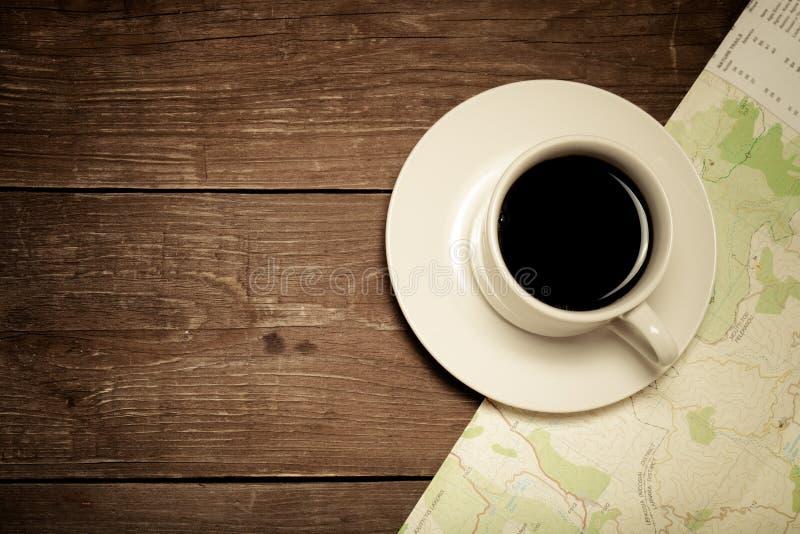 Tasse blanche de café et de carte sur la vieille table en bois toned photographie stock libre de droits
